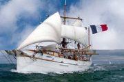 البحرية الملكية تنقذ مركبا شراعيا فرنسيا من الغرق