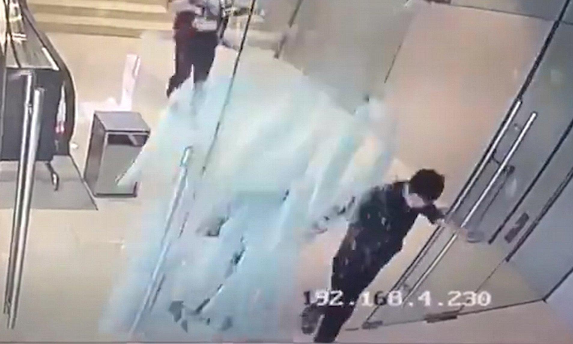 بالفيديو.. رجل خارق يحطم زجاجا بلمسة