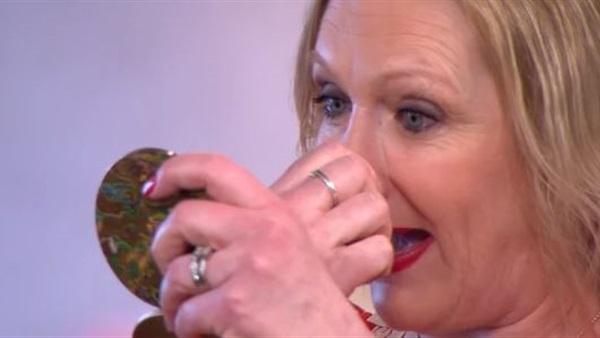 بالفيديو...سيدة تنتزع أنفها على الهواء لهذا السبب