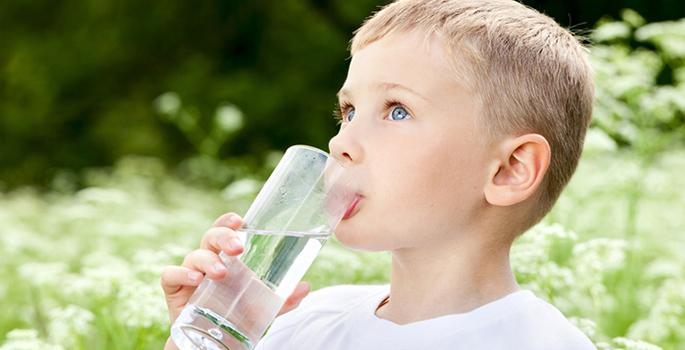تعرفي على مخاطر تناول طفلك للماء أثناء الطعام