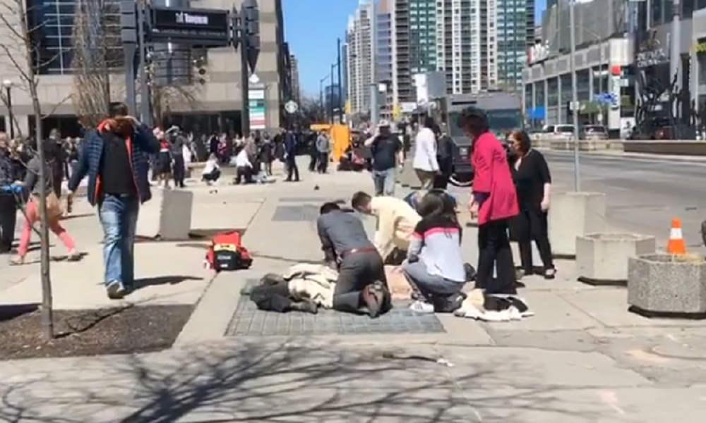 شاحنة تدهس مجموعة من المارة في تورنتو بكندا