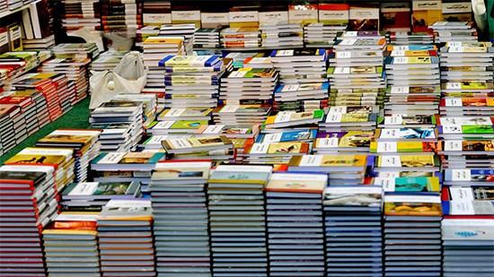 البيضاء.. فرصة جديدة لاقتناء كتب متنوعة بأقل الأسعار