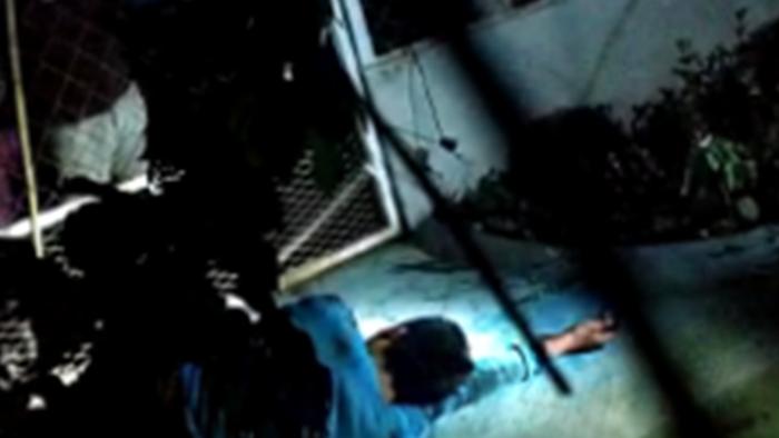بالفيديو.. إلقاء مغتصب فتاة صغيرة في قفص تماسيح