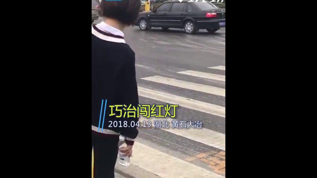 بالفيديو.. تقنية جديدة لمنع المشاة من مخالفة قوانين عبور الطريق