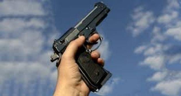 جرف الملحة.. شرطي يشهر مسدسه في وجه شخص يحمل سكينا