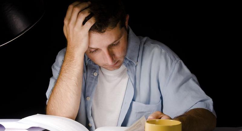 دراسة علمية: السهر في المذاكرة أسهل طريق للفشل وضعف الذاكرة