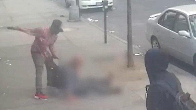 بالفيديو.. رجل يتعرض للضرب والسرقة في الشارع دون تدخل من المارة !