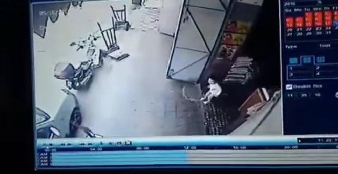 بالفيديو.. أمن القنيطرة يعتقل شخصا حاول اختطاف طفلة !