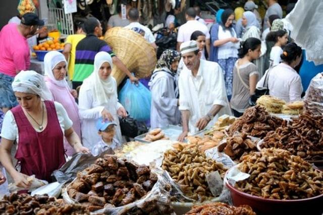 مع اقتراب رمضان.. إقبال المواطنين على شراء المواد الاستهلاكية