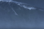 بالفيديو.. مغامر يحقق رقم قياسي بإجتياز موجة بطول 24 مترا !!