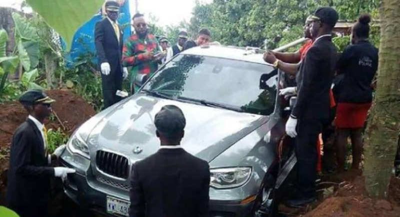شاب يدفن والده داخل سيارة ''BMW'' !
