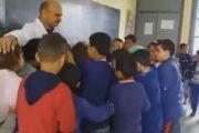 فيديو مؤثر.. تلاميذ يودعون أستاذهم بالبكاء الهستيري