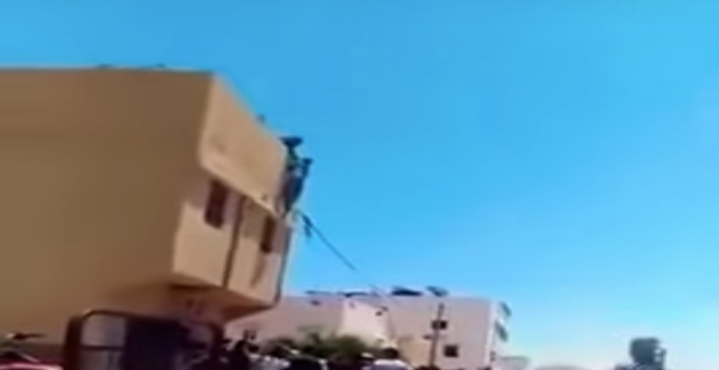 بالفيديو.. فتاة تحاول الانتحار برمي نفسها من سطح منزل عائلتها وأبناء الحي ينقذونها من الموت
