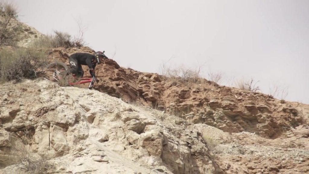 بالفيديو.. سقوط مروع لدراج من أعلى منطقة صخرية