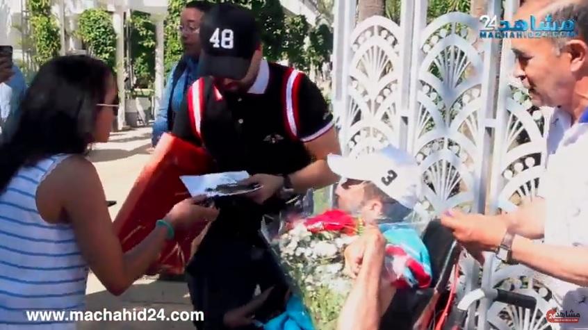 بالفيديو.. معجب من ذوي الاحتياجات الخاصة يفاجئ الدوزي بهدية مميزة