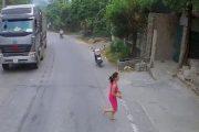 بالفيديو.. طفل يجلس في منتصف طريق سريع ويوقف حركة السيارات تماماً