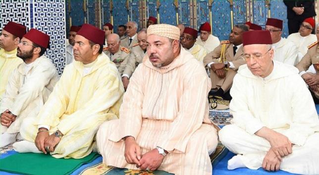 الملك يؤدي صلاة عيد الفطر بمسجد أهل فاس بالمشور السعيد
