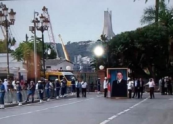 الجزائر.. سخرية من صورة لبوتفليقة تنوب عنه في احتفالات الاستقلال