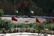 مطلب فتح الحدود يجمع مغاربة وجزائريين بـ''زوج بغال''