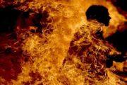 بالفيديو.. مواطن يضرم النار في جسده بعدما طالبته زوجته بالطلاق