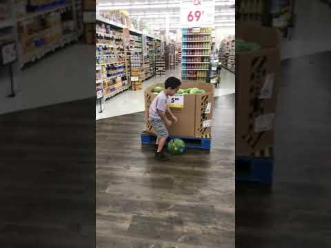 فيديو طريف لطفل يحمل بطيخة يحقق ملايين المشاهدات !!