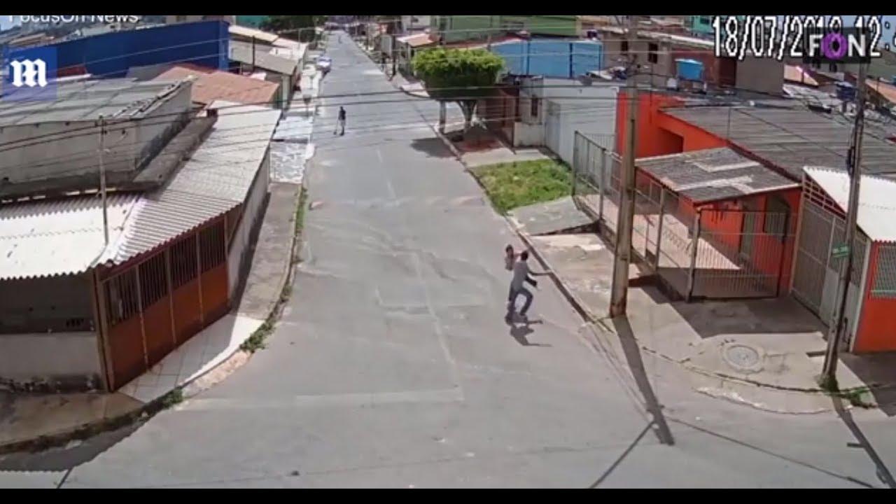 بالفيديو.. طالبة شجاعة تدافع عن نفسها بحركات قتالية واللص يهرب خائفا