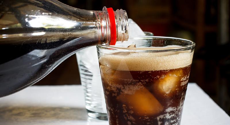 المشروبات الغازية على مائدة الإفطار وأضرارها.. هذا ما يحدث لجسمك