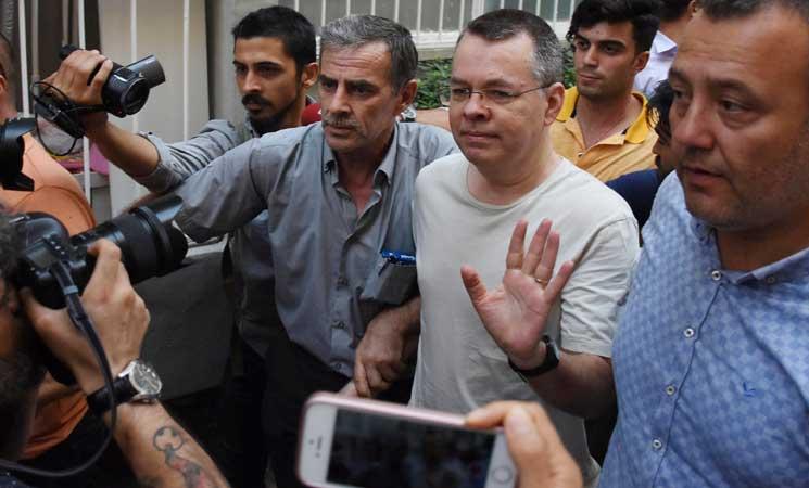 القضاء التركي يرفض رفع الإقامة الجبرية عن القس الأمريكي برانسون