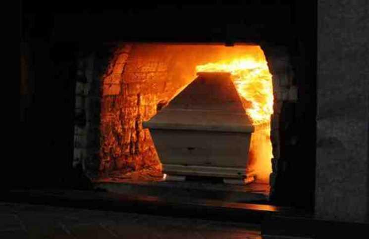 بعد جدل كبير.. فرنسا تحرق جثة مواطن مغربي على الطريقة الكاثوليكية