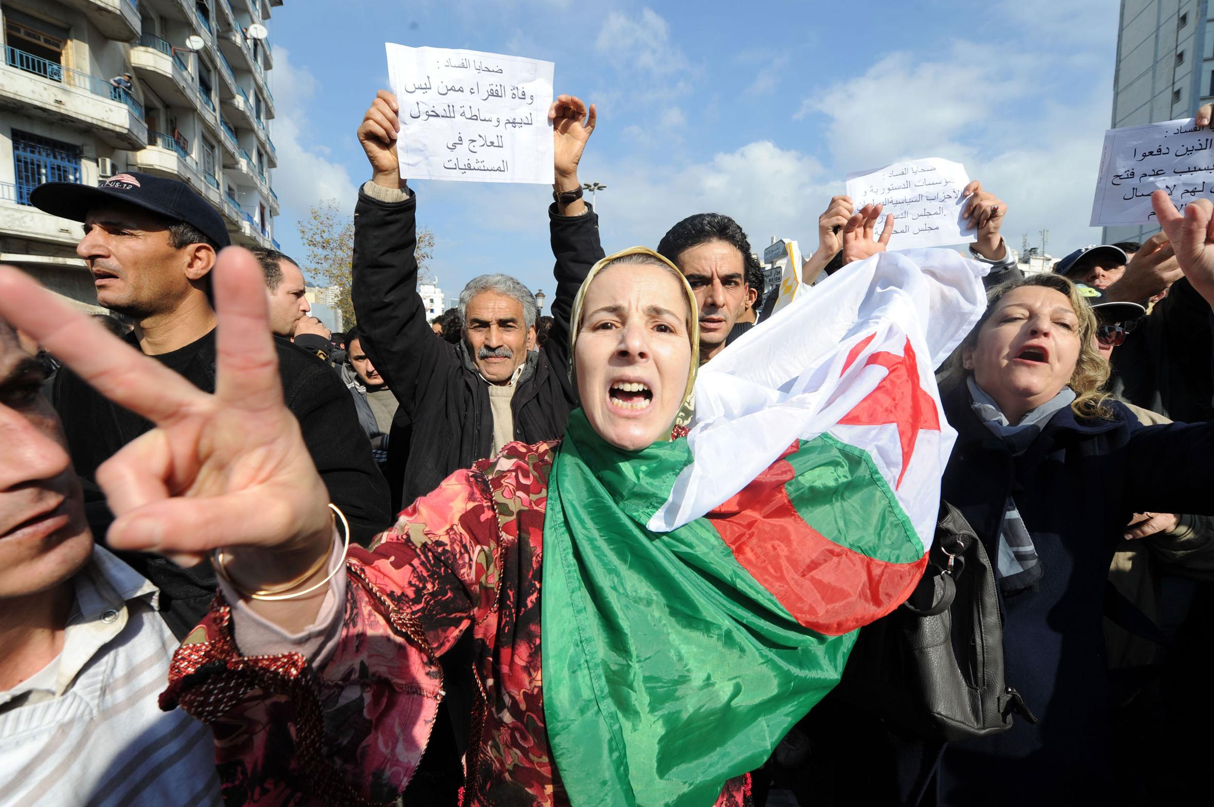 آلاف الجزائريين يعانون