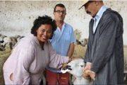 صورة قنصل أمريكا بجلابة وهي تشتري الأضحية تلهب مواقع التواصل الاجتماعي