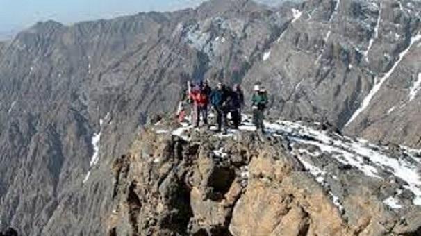 مشاهير إسبان يتسلقون جبل