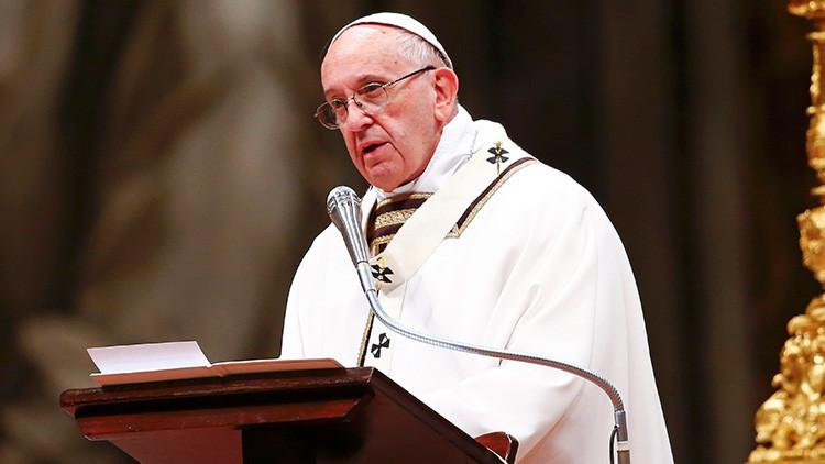الفاتيكان يتبرأ من استغلال صور البابا مع أطفال