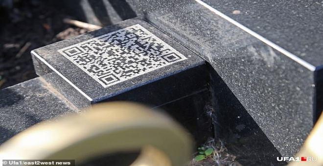 لا يصدق.. امرأة توصي بدفنها في قبر على شكل هاتف آيفون !