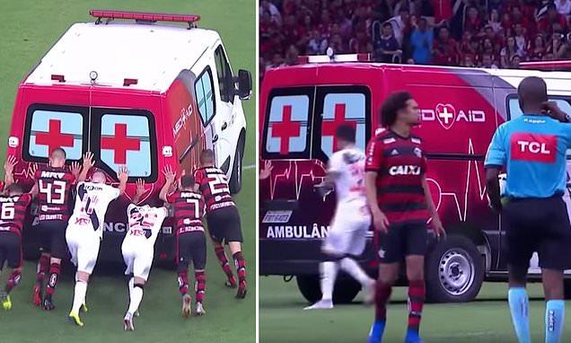 بالفيديو.. لاعبون ينقذون سيارة إسعاف خلال مباراة لكرة القدم