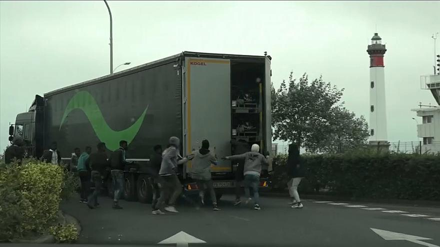 بالفيديو.. مهاجرون يركضون خلف الشاحنات للتسلل من فرنسا إلى بريطانيا !!