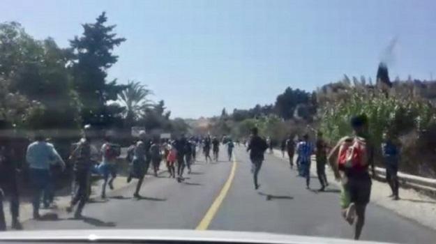 بالفيديو.. شباب يتوجهون نحو سواحل الشمال قصد