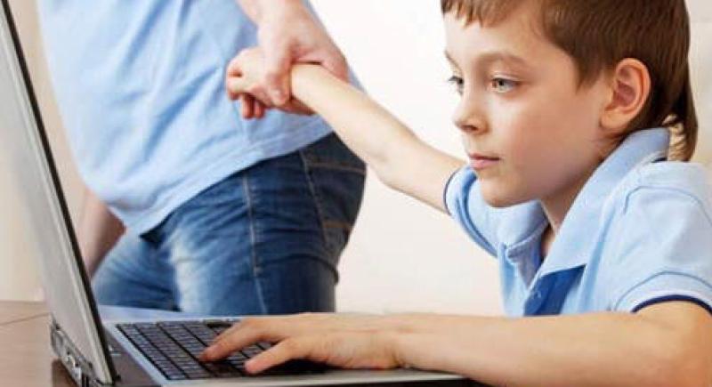 دراسة بريطانية: نصف ساعة من الأنترنت خطر على صحة الأطفال