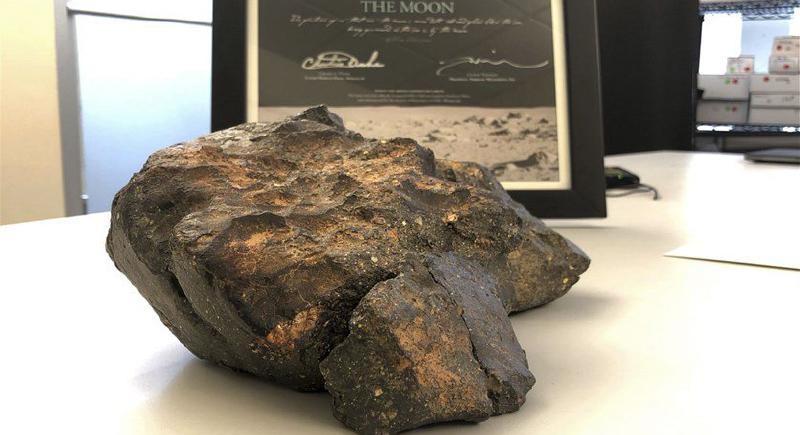 قطعة من القمر تباع بـ600 ألف دولار في المزاد