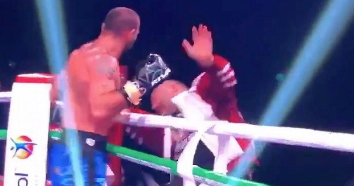 بالفيديو.. في رد فعل غريب، ملاكم ينهال بالضرب على مدربه بعد خسارة المباراة