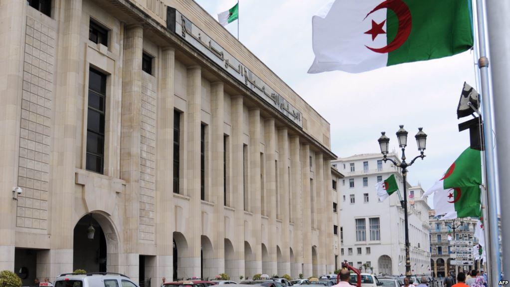 سياسيون ونشطاء يدعون إلى حل البرلمان الجزائري