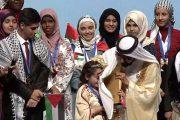 صورة لحاكم دبي وهو يمسح دموع الطفلة المغربية مريم تلفت الأنظار