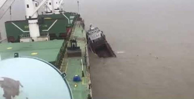 بالفيديو... لحظات غرق سفينة ضخمة تعرضت لحادث