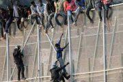 إصابة 12 عسكريا خلال منع مهاجرين اجتياز الجدار الفاصل بين الناظور ومليلية