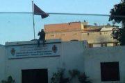 في مشهد غريب.. مواطن يتسلق بناية دائرة أمنية