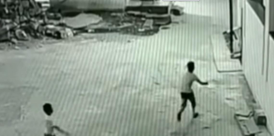 بالفيديو... صبي ينقذ حياة صديقه بطريقة غريبة