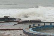 الأمواج العالية تتسبب في إغراق المرافق السياحية بعين الذئاب