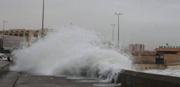 بعد ''أمواج سلا''.. مطالب بتوفير وسائل تدخل وحماية لسكان السواحل