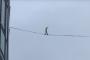 بالفيديو.. رجل يسقط من ارتفاع شاهق بعد محاولة السير على حبل