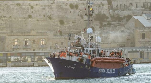 ليبيا تجبر مهاجرين كانوا معتصمين بسفينة على النزول بمصراتة